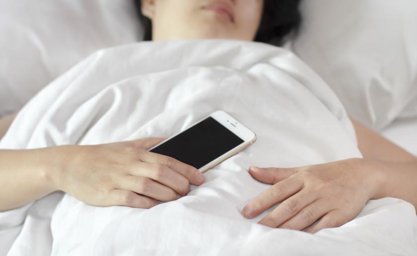 sleep-phone-hand